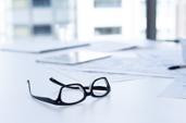 lunettes sur bureau